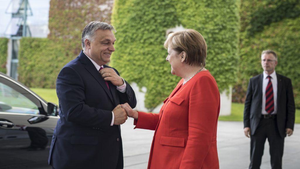 Berlin, 2018. július 5. A Miniszterelnöki Sajtóiroda által közreadott képen Orbán Viktor miniszterelnök és Angela Merkel német kancellár találkozója Berlinben 2018. július 5-én. MTI Fotó: Miniszterelnöki Sajtóiroda / Szecsõdi Balázs