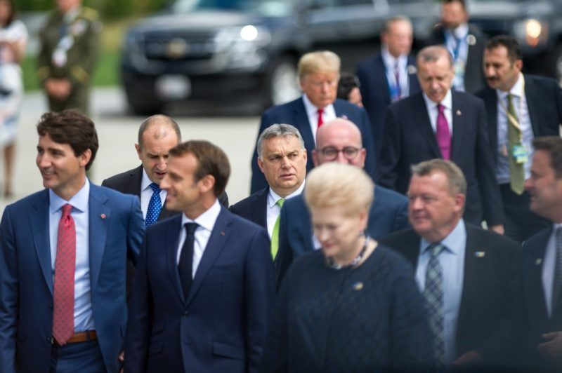 Brüsszel, 2018. július 11. A Miniszterelnöki Sajtóiroda által közzétett képen Justin Trudeau kanadai miniszterelnök és Emmanuel Macron francia államfõ (az elsõ sorban, b-j), valamint Orbán Viktor magyar miniszterelnök (k) a NATO kétnapos brüsszeli csúcsértekezletének elsõ napján, 2018. július 11-én. A háttérben, középen Donald Trump amerikai elnök, mellette Recep Tayyip Erdogan török elnök. MTI Fotó: Miniszterelnöki Sajtóiroda / Botár Gergely