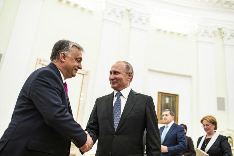 Moszkva, 2018. július 15. A Miniszterelnöki Sajtóiroda által közreadott képen Vlagyimir Putyin orosz elnök fogadja Orbán Viktor miniszterelnököt (b) a moszkvai Kremlben 2018. július 15-én. MTI Fotó: Miniszterelnöki Sajtóiroda / Szecsõdi Balázs