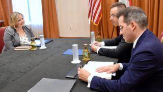 Indianapolis, 2018. július 25. A Külgazdasági és Külügyminisztérium (KKM) által közreadott képen Szijjártó Péter külgazdasági és külügyminiszter (j2) és Erika Nielsen, a Borg Warner cégcsoport igazgatójának találkozója Indianapolisban 2018. július 25-én. Jobbra Ésik Róbert, a Nemzeti Befektetési. Ügynökség (HIPA) elnöke. MTI Fotó: KKM