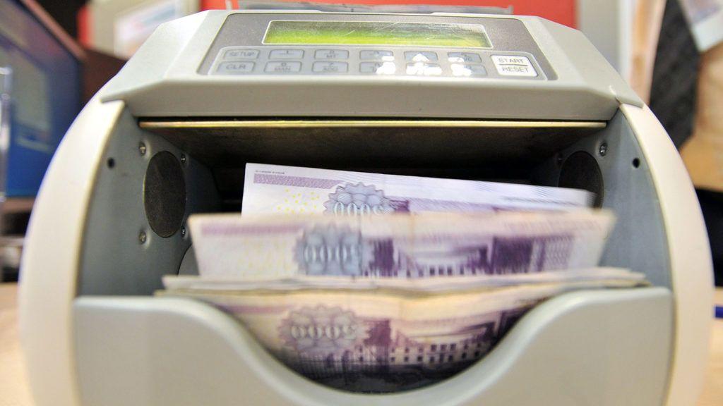 Budapest, 2012. január 11.Egy bankjegyszámláló gép ötezer forintos bankjegyeket számol az FHB Bank XIII. kerületi Váci úti bankfiókjában.MTI Fotó: Máthé Zoltán