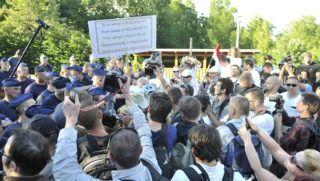 Budapest, 2013. július 4. Tüntetõk és rendõrök Orbán Viktor miniszterelnök házának közelében, a budapesti a Csipke utca és a Cinege út keresztezõdésénél a lakossági devizahitel-szerzõdés semmisségének megállapítása iránt indított per ítélethirdetése után 2013. július 4-én. A Kúria döntése szerint a vitatott devizahitel-szerzõdés érvényes, de az árfolyamrés egy százalék plusz-mínusz fél százalék lehet. MTI Fotó: Máthé Zoltán