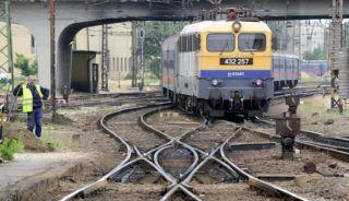 Budapest, 2015. június 17. Személyvonat érkezik a Nyugati pályaudvar egyik felújításra szánt kitérõcsoportjához 2015. június 17-én. Halaszthatatlan karbantartási munkák miatt június 22-tõl július 5-éig két hétre bezár a naponta 60-70 ezer utast fogadó pályaudvar, a MÁV Zrt. közlése szerint a majdnem 290 millió forintba kerülõ felújítások jelentõsen javítják majd a pályaudvar színvonalát és a vonatok menetrendszerû közlekedését. MTI Fotó: Máthé Zoltán