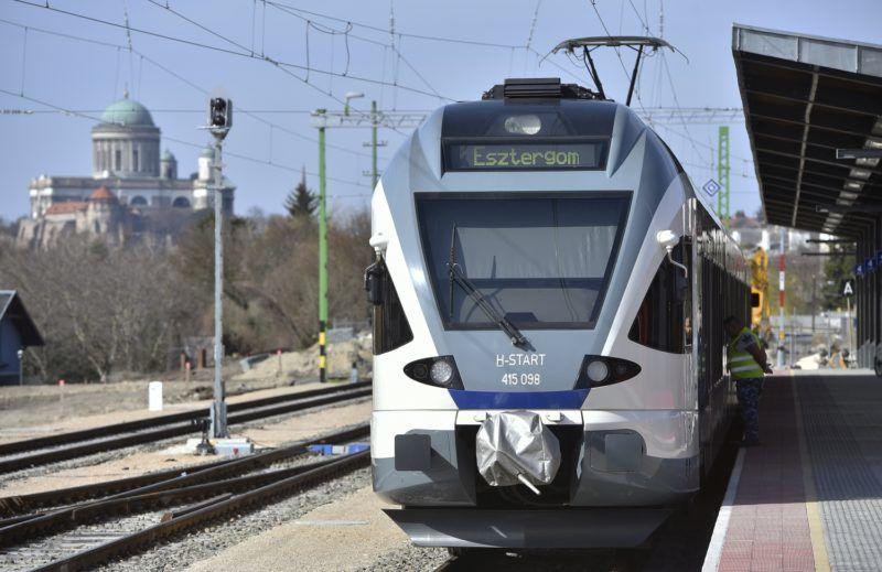 Esztergom, 2018. április 3. Flirt motorvonat a felújított esztergomi vasútállomáson 2018. április 3-án. Ezen a napon a Budapest-Esztergom vasútvonal villamosításának befejezése alkalmából sajtótájékoztatót tartottak az állomáson, amelyet a vonal korszerûsítésével egyidejûleg átépítettek. A vonal villamosításával a korábban 1 óra 28 perces menetidõ 1 óra 9 percre csökkent, majd a májustól induló, sûrûbb menetrenddel egy óra két perc lesz az utazás ideje. A teljes vonalon új D55 típusú biztosítóberendezéseket helyeztek üzembe. MTI Fotó: Máthé Zoltán