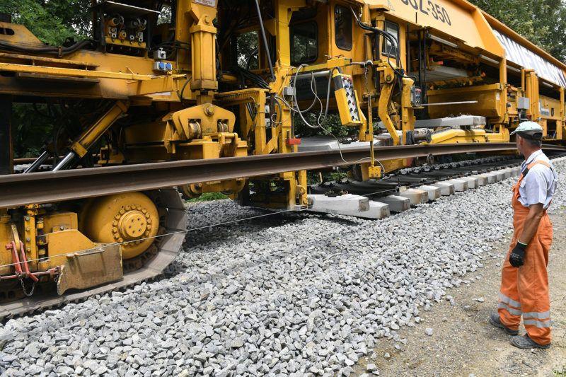 Hódmezővásárhely, 2018. június 15.Switelski vágányfeketető géplánc dolgozik Hódmezővásárhely és Kopáncs között az épülő Szeged és Hódmezővásárhely közötti vasútvillamos (tram-train) vonalon 2018. június 15-én. A két település között naponta ingázó 6-8 ezer embert kiszolgáló közlekedésfejlesztési beruházás költsége 73-75 milliárd forint, amelyből mintegy 22 milliárd forintot uniós, 50 milliárdot hazai forrás fedez.MTI Fotó: Máthé Zoltán
