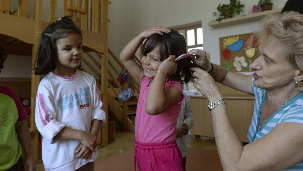 Budapest, 2014. szeptember 16. Gyerekek óvónõjükkel a Cseppkõ Gyermekotthonban 2014. szeptember 12-én. Az intézmény ötven évvel ezelõtt nyitotta meg a kapuit. Jelenleg három otthonegységben és egy garzonházban, családias légkörû, koedukált csoportokban nevelkednek a gyerekek. MTI Fotó: Bruzák Noémi