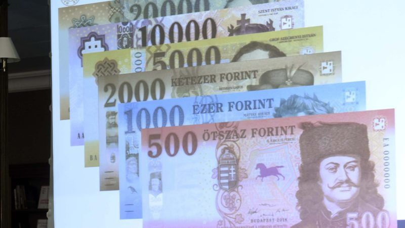 Budapest, 2018. július 3. Pataki Tibor, az MNB Készpénzlogisztikai Igazgatóságának vezetõje beszél az új 500 forintos bankjegyrõl az MNB Teátrumában tartott sajtótájékoztatón 2018. július 3-án. Az MNB 2014-ben megkezdett bankjegycsereprogramja hamarosan lezárul, a sorozat utolsó elemeként megújult az 500 forintos is. A most használatos 500 forintos bankjegyekkel 2019. október 31-ig lehet fizetni. MTI Fotó: Bruzák Noémi