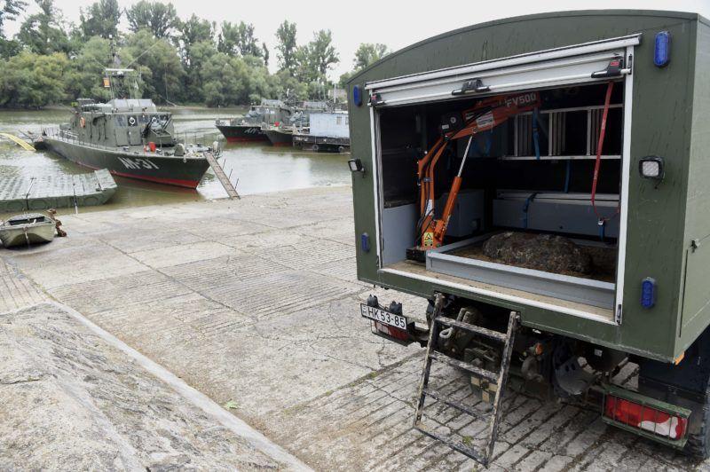 Budapest, 2018. július 5. Az Erzsébet hídnál a Dunában talált, hatástalanított, 100 kilogrammos szovjet gyártmányú, romboló légibomba egy speciális tûzszerész teherautóban, az újpesti hadikikötõben 2018. július 5-én. A robbanótestet a Magyar Honvédség központi gyûjtõhelyére viszik késõbbi megsemmisítésre. MTI Fotó: Bruzák Noémi