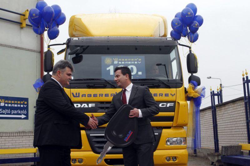 Miskolc, 2014. február 20. Szemerey Lóránd, a Waberer's-Szemerey Logisztika Kft. ügyvezetõ igazgatója (b) átveszi Pais Józseftõl, a DAF Hungary Kft. ügyvezetõjétõl a 160. kamiont a Waberer's-Szemerey Logisztika Kft. új miskolci bázisán 2014. február 20-án. Az ezen a napon átadott, 3 milliárd forint értékû beruházással száz új munkahely jött létre a közúti árufuvarozással, raktározással foglalkozó cégnél. MTI Fotó: Vajda János