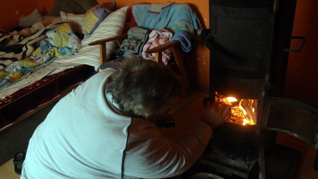 Miskolc, 2017. január 23. Egy nõ fát rak a tûzre Miskolcon, a Lyukóbányai úti házában 2017. január 23-án. A városban január 22-én elrendelték a szmogriadó riasztási fokozatát. MTI Fotó: Vajda János