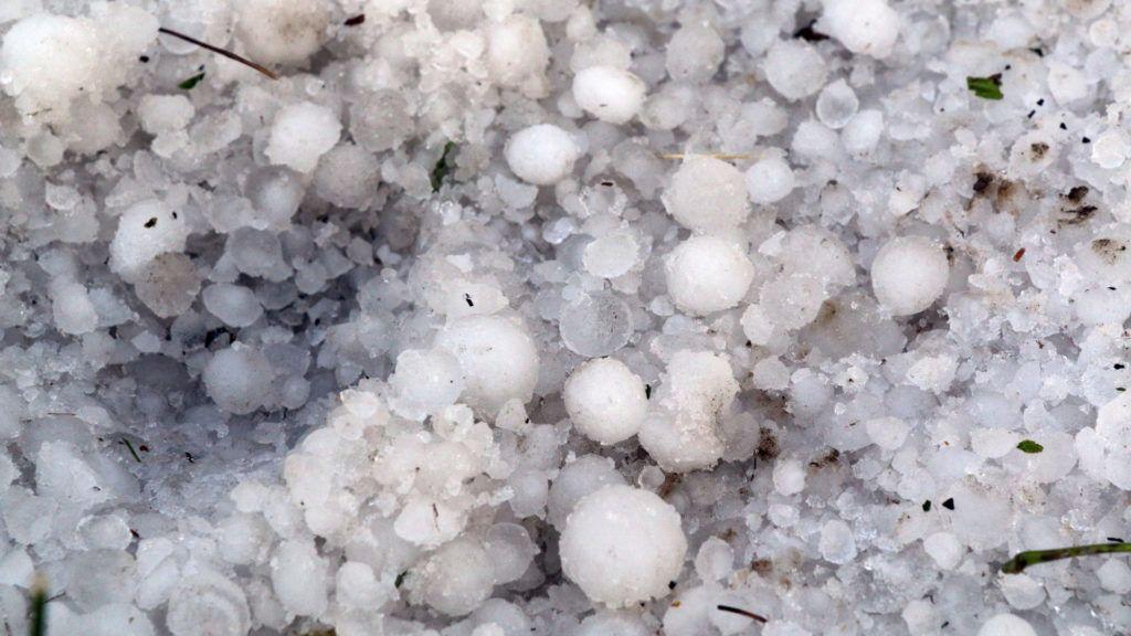 Megyaszó, 2017. június 21. Jégdarabok a földön a Borsod-Abaúj-Zemplén megyei Megyaszón egy heves zivatar után 2017. június 21-én. MTI Fotó: Vajda János