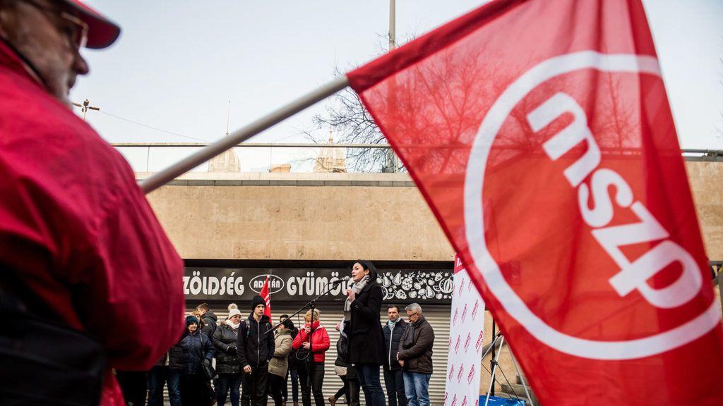 Budapest, 2017. január 20.Kunhalmi Ágnes, a Magyar Szocialista Párt (MSZP) fővárosi elnöke felszólal a metrófelújítás felgyorsítása érdekében tartott tüntetésen a Nyugati téren 2017. január 20-án.MTI Fotó: Balogh Zoltán