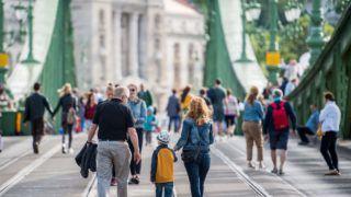 Budapest, 2017. június 17. A Valyo - Város és Folyó Egyesület által kezdeményezett Szabihíd projekt elsõ napja a lezárt Szabadság hídon  2017. június 17-én. A hétvégén kezdõdik Budapest egyik legelõremutatóbb urbanisztikai projektje, a Szabihíd. Négy hétvégén lesz megnyitva a teljes híd a gyalogosoknak, a piknikezõknek és lesz zárva a közlekedés elöl. MTI Fotó: Balogh Zoltán