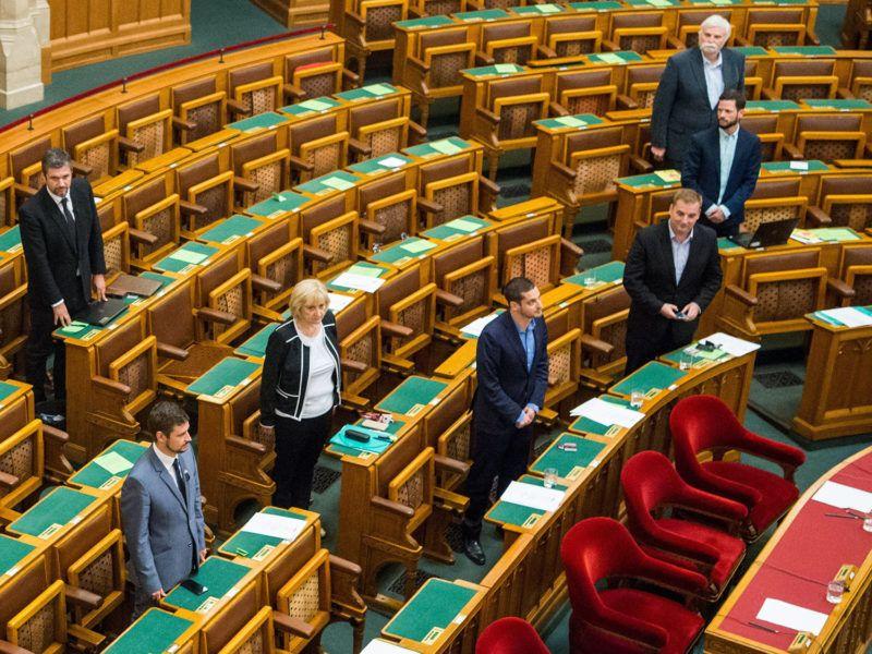 Budapest, 2018. június 4.Hadházy Ákos, az LMP parlamenti képviselője leteszi képviselői esküjét a napirend utáni felszólalásokat követően az Országgyűlés plenáris ülése végén 2018. június 4-én. Balról Farkas Gergely, a Jobbik, Schmuck Erzsébet és Ungár Péter, az LMP, valamint Harangozó Tamás, az MSZP képviselője, Tordai Bence és Mellár Tamás, a Párbeszéd-frakció tagjaiFotó: Balogh Zoltán / MTI