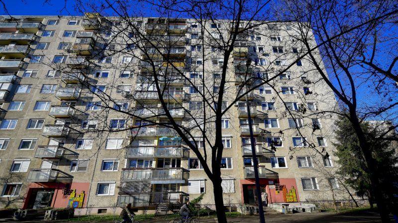 Debrecen, 2018. január 30. Tûzzománckép és -házszámtábla panelházak bejáratánál Debrecenben, az Újkert városrészben 2018. január 30. Az 1970-es években épült lakótelep házait Cs. Uhrin Tibor képzõmûvész alkotásaival díszítették. A képek egy-egy családot ábrázolnak, a házszámok mellett minden háznak más jele van. MTI Fotó: Czeglédi Zsolt