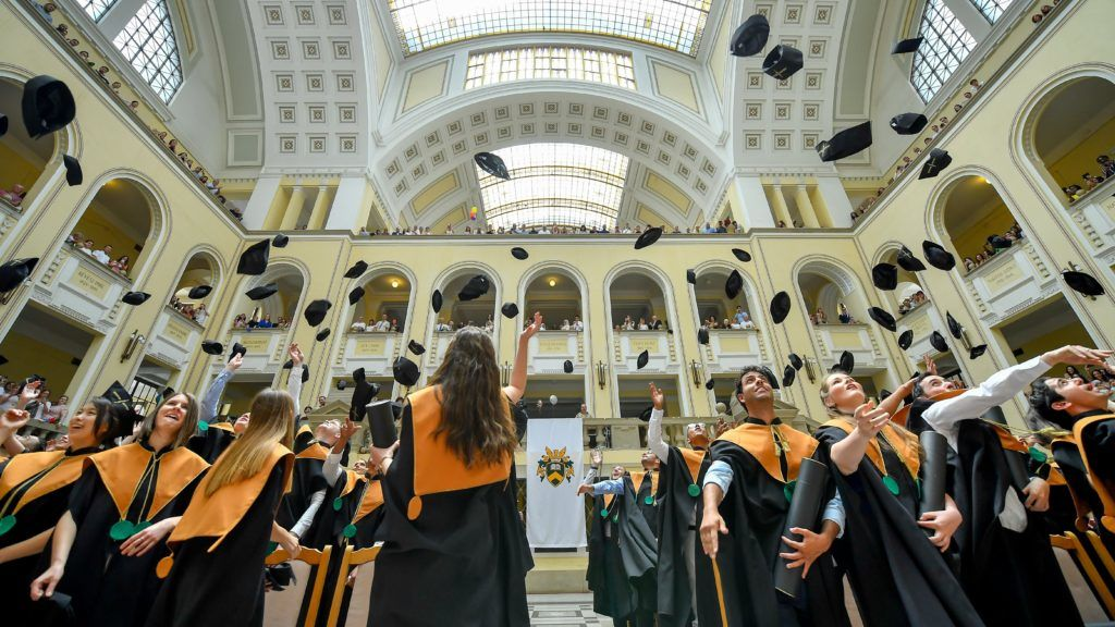 Debrecen, 2018. június 15. Végzett hallgatók magasba dobják sapkáikat a Debreceni Egyetem Általános Orvostudományi Kar diplomaosztó ünnepségének végén az egyetem díszudvarán 2018. június 15-én. A következõ hetekben az intézmény tizennégy karának 3600 végzõs hallgatója veheti át oklevelét. MTI Fotó: Czeglédi Zsolt