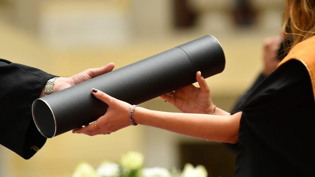 Debrecen, 2018. június 15. Egy végzett hallgató átveszi diplomáját a Debreceni Egyetem Általános Orvostudományi Kar diplomaosztó ünnepségén az egyetem díszudvarán 2018. június 15-én. A következõ hetekben az intézmény tizennégy karának 3600 végzõs hallgatója veheti át oklevelét. MTI Fotó: Czeglédi Zsolt