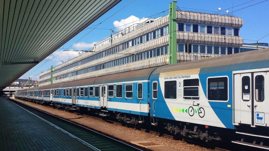 Budapest, 2017. augusztus 16. Kerékpárok és babakocsik szállítására készült hagyományos vasúti személyszállító kocsi a MÁV Start Zrt. egyik szerelvényében, a fõvárosi Déli pályaudvaron. Háttérben a többfunkciós vasúti irodaépület. MTVA/Bizományosi: Jászai Csaba  *************************** Kedves Felhasználó! Ez a fotó nem a Duna Médiaszolgáltató Zrt./MTI által készített és kiadott fényképfelvétel, így harmadik személy által támasztott bárminemû – különösen szerzõi jogi, szomszédos jogi és személyiségi jogi – igényért a fotó készítõje közvetlenül maga áll helyt, az MTVA felelõssége e körben kizárt.