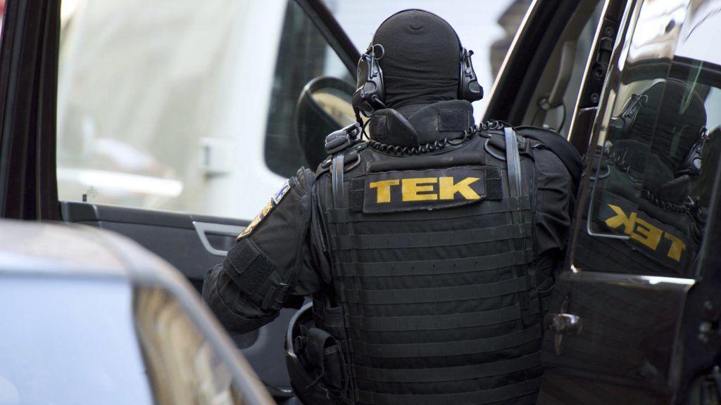 Budapest, 2016. október 28. A Terrorelhárítási Központ (TEK) munkatársai a VII. kerületi Szövetség utca egyik lakóházánál 2016. október 28-án, miután bejelentés érkezett arról, hogy egy lakónál fegyvert vagy annak utánzatát látták. A TEK munkatársai az ingatlanban elfogtak két férfit, akiket átadtak a kerületi rendõrkapitányság beosztottjainak. Az elsõdleges adatok szerint a férfiaknál airsoft-, vagyis szabadidõs célú, mûanyag golyót kilövõ fegyver volt. MTI Fotó: Lakatos Péter