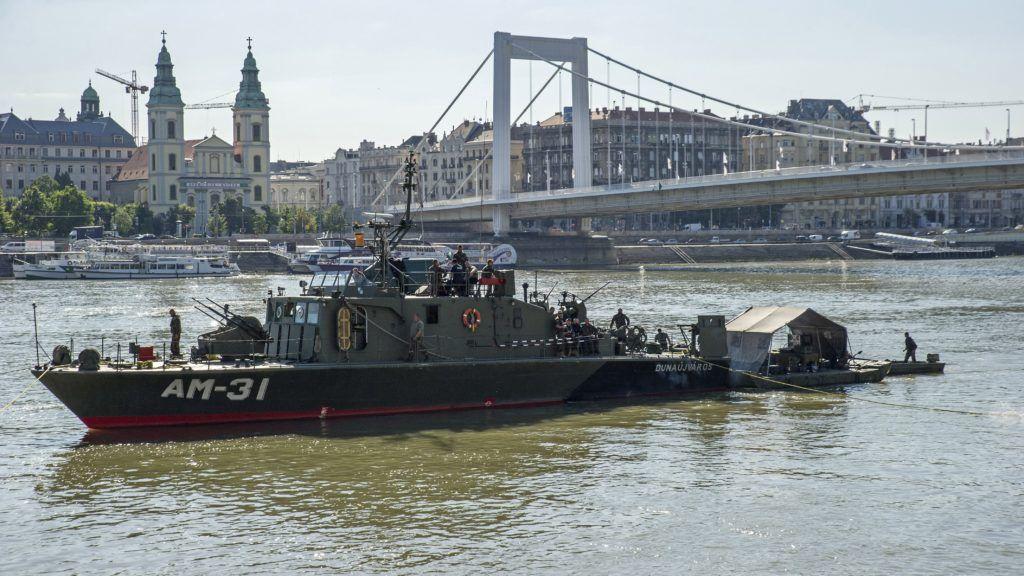 Budapest, 2018. július 3. Robbanótestet keresnek tûzszerészek honvédségi hajóval a Dunában az Erzsébet híd és a Lánchíd között 2018. július 3-án. A bombáról korábban egy balesetnél segédkezõ civil búvárcsoport tagjai tettek bejelentést a rendõrségen.  A megadott helyen nem találják a robbanótestet, a tûzszerészek azt feltételezik, hogy egy 100 kilogrammos második világháborús szovjet légibomba lapul a Duna mélyén. MTI Fotó: Lakatos Péter