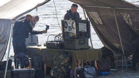 Budapest, 2018. július 3. Robbanótestet keresnek tûzszerészek egy honvédségi hajóhoz kapcsolt pontonhíd-elemrõl a Dunában az Erzsébet híd és a Lánchíd között 2018. július 3-án. A bombáról korábban egy balesetnél segédkezõ civil búvárcsoport tagjai tettek bejelentést a rendõrségen.  A megadott helyen nem találják a robbanótestet, a tûzszerészek azt feltételezik, hogy egy 100 kilogrammos második világháborús szovjet légibomba lapul a Duna mélyén. MTI Fotó: Lakatos Péter