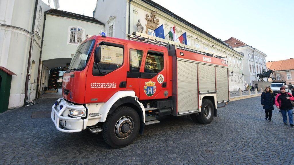 Székesfehérvár, 2017. december 1. Tûzoltóautó Székesfehérváron, ahol a Polgármesteri Hivatal két épületét elválasztó utcában futó föld alatti vezetékben keletkezett elektromos robbanás és kisebb tûz 2017. december 1-jén. MTI Fotó: Mónus Márton