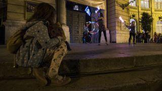 Budapest, 2018. június 24. Az ElmoStix fényzsonglõrcsapat elõadása a Magyar Mezõgazdasági Múzeum és Könyvtár elõtt a budapesti Vajdahunyadvárban a Múzeumok éjszakáján 2018. június 23-án este. A tizenhatodik alkalommal megrendezett eseményen 420 közgyûjtemény 2200 programot kínált országszerte. MTI Fotó: Mónus Márton