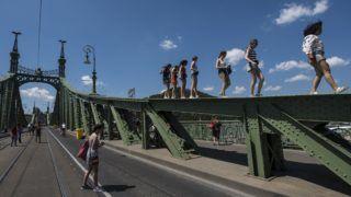 Budapest, 2018. július 14. Gyalogosok a jármûforgalom lezárt Szabadság hídon 2018. július 14-én. A hidat július 14-15-én, 21-22-én, 28-29-én és augusztus 4-5-én zárják le, ahol ezeken a napokon a kulturális programokat tartanak. MTI Fotó: Mónus Márton