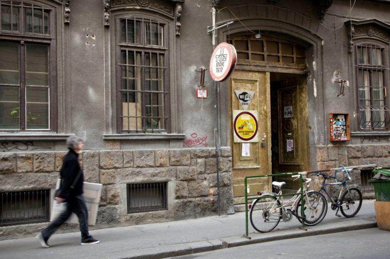 Budapest, 2011. március 17. A Tûzraktér Független Kulturális Központ bejárata. A VI. kerületi önkormányzat a 3136,5 négyzetméter alapterületû ingatlant pályázat útján bérbeadással hasznosítja, ezért a Tûzraktérnek március 31-ig ki kell ürítenie az épületet. A felvétel március 15-én készült. MTI Fotó: Mohai Balázs