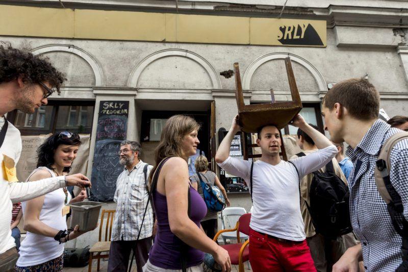 Budapest, 2013. április 28. A Sirály (SRLY) szórakozóhely szimpatizánsai hivatalosan bejelentett utcai felvonulással költözködnek a fõvárosnak visszaadott Király utcai helyiségbõl a közösségi tér új helyszínére, a VIII. kerületi Vas utcába 2013. április 28-án. MTI Fotó: Mohai Balázs