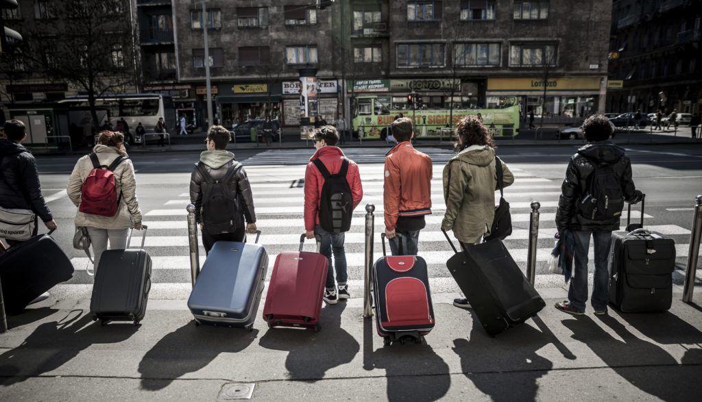 Budapest, 2014. március 25. Turisták bõröndjeikkel egy zebránál állnak Budapesten, a Rákóczi úton 2014. március 25-én. MTI Fotó: Mohai Balázs