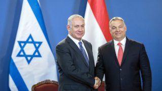 Budapest, 2017. július 18. Benjámin Netanjahu izraeli (b) és Orbán Viktor magyar miniszterelnök kezet fog Budapesten, az Országházban tartott sajtótájékoztatón 2017. július 18-án. MTI Fotó: Mohai Balázs