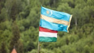 Gyimesbükk, 2018. május 20. Magyar és székely zászlók a kontumáci Nagyboldogasszony-kápolnánál a székelyföldi Gyimesbükkön, ahol misét tartottak pünkösdvasárnap, 2018 május 20-án. A zarándokok elõzõ nap a csíksomlyói búcsúban, az összmagyarság egyik legjelentõsebb vallási és nemzeti ünnepén vettek részt. MTI Fotó: Mohai Balázs