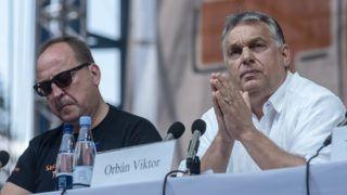 Tusnádfürdő, 2018. július 28.Orbán Viktor miniszterelnök (j) előadást tart a 29. Bálványosi Nyári Szabadegyetem és Diáktáborban (Tusványos) az erdélyi Tusnádfürdőn 2018. július 28-án. Mellette Németh Zsolt, az Országgyűlés külügyi bizottságának elnöke.MTI Fotó: Veres Nándor
