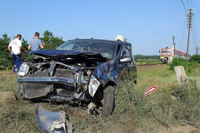 Nyárlőrinc, 2018. július 21.Ütközésben összetört személyautó a Bács-Kiskun megyei Nyárlőrinc közelében egy földutas vasúti átjárónál 2018. július 21-én. Az autó egy személyvonattal ütközött össze. A balesetben a kocsi két utasa súlyosan megsérült.MTI Fotó: Donka Ferenc