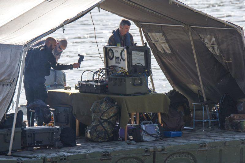 Budapest, 2018. július 3. Robbanótestet keresnek tûzszerészek egy honvédségi hajóhoz kapcsolt pontonhíd-elemrõl a Dunban 2018. július 3-án. A bombáról korábban egy balesetnél segédkezõ civil búvárcsoport tagjai tettek bejelentést a rendõrségen.  A megadott helyen nem találják a robbanótestet, a tûzszerészek azt feltételezik, hogy egy 100 kilogrammos második világháborús szovjet légibomba lapul a Duna mélyén. MTI Fotó: Lakatos Péter