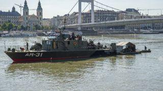 Budapest, 2018. július 3. Robbanótestet keresnek tûzszerészek honvédségi hajóval a Dunában 2018. július 3-án. A bombáról korábban egy balesetnél segédkezõ civil búvárcsoport tagjai tettek bejelentést a rendõrségen.  A megadott helyen nem találják a robbanótestet, a tûzszerészek azt feltételezik, hogy egy 100 kilogrammos második világháborús szovjet légibomba lapul a Duna mélyén. MTI Fotó: Lakatos Péter