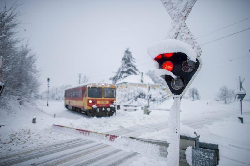 Márok, 2016. január 7. Egy vonat közlekedik a havas tájon, Márok településnél 2016. január 7-én. MTI Fotó: Sóki Tamás