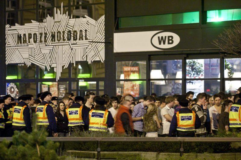 Budapest, 2011. január 16. Fiatalok várakoznak az egyik Nyugati téri szórakozóhely közelében, ahol eddig tisztázatlan körülmények között három fiatal lány vesztette életét. A környéket a rendõrség lezárta. A téren várakozó fiataloktól az MTI tudósítója úgy értesült: tömegverekedés tört ki, majd megszurkáltak több fiatal lányt is. A tragédia miatt kialakult pánikban a menekülõk több fiatal társukat eltaposták. MTI Fotó: Szigetváry Zsolt