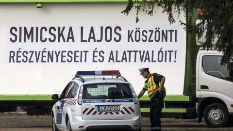 """Sárvár, 2012. szeptember 5. """"Simicska Lajos köszönti részvényeseit és alattvalóit!"""" felirat egy teherautón elhelyezett óriásplakáton a Fidesz-KDNP frakcióülésének otthont adó Park Inn Sárvár szállónál 2012. szeptember 5-én. MTI Fotó: Szigetváry Zsolt"""