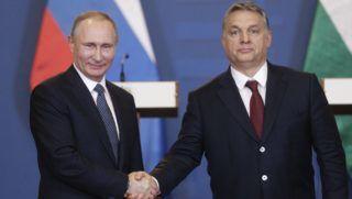 Budapest, 2017. február 2. Orbán Viktor miniszterelnök (j) és Vlagyimir Putyin orosz elnök kezet fog a tárgyalásuk után tartott sajtótájékoztató végén a Parlament Vadásztermében 2017. február 2-án. MTI Fotó: Szigetváry Zsolt