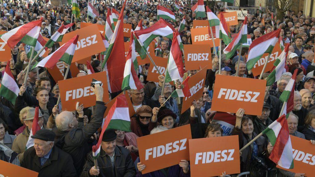 Székesfehérvár, 2018. április 6. A Fidesz központi kampányzáró rendezvényének kezdésére várakozók Székesfehérváron, a Városház téren az Országalmánál 2018. április 6-án. A rendezvényen Orbán Viktor miniszterelnök, pártelnök mond beszédet. MTI Fotó: Szigetváry Zsolt
