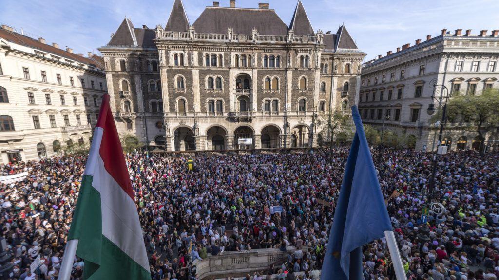 Budapest, 2018. április 14. A Facebookon meghirdetett, ellenzéki pártok részvételével tartott demonstráció Budapesten, az Operaháznál az Andrássy úton 2018. április 14-én. A résztvevõk az Operaháztól vonulnak a Kossuth térre. MTI Fotó: Szigetváry Zsolt