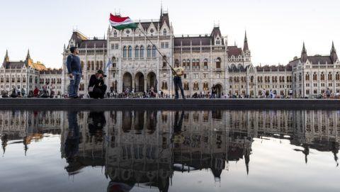 Budapest, 2018. május 7. Résztvevõk az Élõláncot a Parlament köré! elnevezésû demonstráción a budapesti Kossuth téren az Országgyûlés alakuló ülése elõtti napon, 2018. május 7-én. MTI Fotó: Szigetváry Zsolt