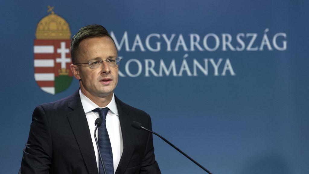 Budapest, 2018. július 18. Szijjártó Péter külgazdasági és külügyminiszter a kormányülést követõen sajtótájékoztatót tart a Miniszterelnöki Kabinetiroda épületében 2018. július 18-án. Magyarország kilép az ENSZ globális migrációs csomag elfogadási folyamatából - jelentette be a miniszter. MTI Fotó: Szigetváry Zsolt