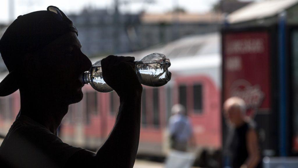 Budapest, 2018. július 30. Egy férfi vizet iszik a hõség miatt elrendelt vízosztáson a Déli pályaudvaron 2018. július 30-án. A rendkívüli és tartós hõség miatt országosan életbe lépett a hõségriadó, a vörös kód. A napi középhõmérséklet helyenként a 27 Celsius-fokot is meghaladhatja, a legmagasabb hõmérséklet 35 Celsius-fok is lehet. MTI Fotó: Szigetváry Zsolt