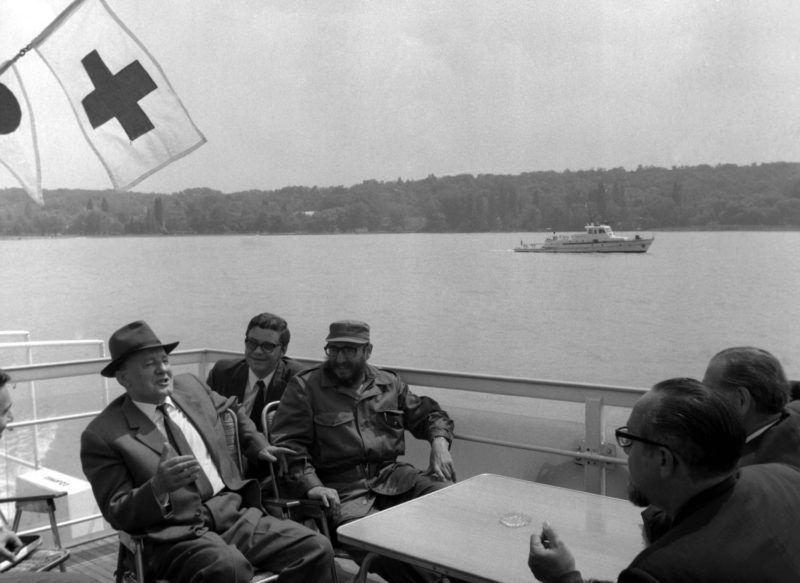 Balaton, 1972. június 3.  Kádár János az MSZMP KB elsõ titkára és dr. Fidel Castro Ruz a Kubai Kommunista Párt Központi Bizottságának elsõ titkára, a kubai forradalmi kormány elnöke június 3-án a Szabadság hajóval tettek partmenti sétát Balatonaligától Tihanyig. A vendéget elkísérte Fock Jenõ, a minisztertanács elnöke és Komócsin Zoltán az MSZMP KB titkára.  MTI Fotó: Vigovszki Ferenc