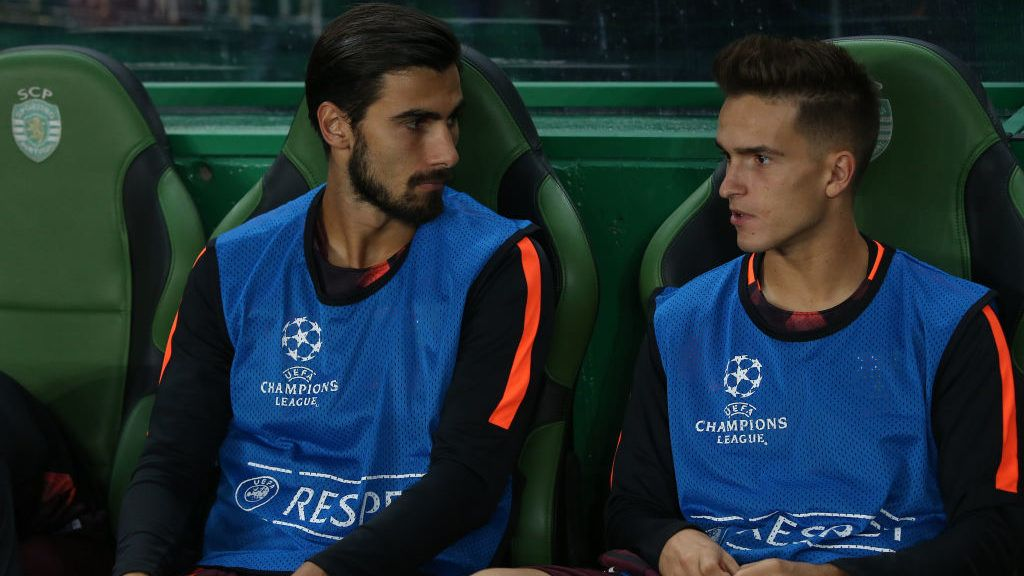 LISBON, PORTUGAL - SEPTEMBER 27: Barcelona midfielder Andre Gomes from Portugal (L) and Barcelona midfielder Denis Suarez from Spain (R) before the start of the UEFA Champions League match between Sporting Clube de Portugal and FC Barcelona at Estadio Jose Alvalade on September 27, 2017 in Lisbon, Portugal.  (Photo by Gualter Fatia/Getty Images)