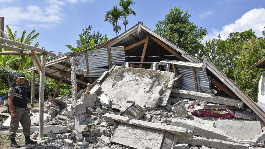 Lombok, 2018. július 29. Összedõlt ház romjai az indonéziai Lombok szigetén 2018. július 29-én, miután 6,4-es erõsségû földrengés volt a térségben. Legalább tíz ember életét vesztette, negyven megsérült és több száz ház romba dõlt. (MTI/EPA/Eka Ramadani)