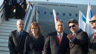 Tel-Aviv, 2018. július 18. Orbán Viktor miniszterelnököt (j3) és feleségét, Lévai Anikót (b2) Ofir Akunisz izraeli tudományos-tecnológiai és ûrkutatási miniszter (j2) fogadja a tel-avivi Ben Gurion nemzetközi repülõtéren 2018. július 18-án. A kormányfõ kétnapos hivatalos látogatásra érkezett Izraelbe, tárgyalásai július 19-én kezdõdnek. MTI Fotó: Koszticsák Szilárd